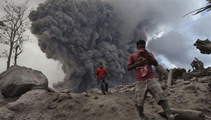 Извержение возле города