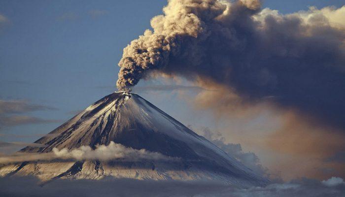Что такое извержение вулкана описание признаки и причины фото  Наибольшее количество вулканов две трети находятся в так называемом Тихоокеанском Огненном Кольце обрамляющий края огромной тихоокеанской плиты