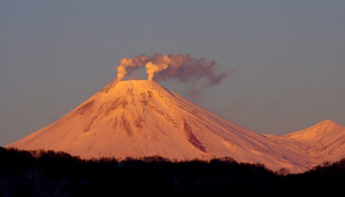 Вулканы Камчатки описание перечень история фото видео  В последнее время Корякский вулкан благодаря своим чрезвычайно крутым склонам всё больше и больше привлекает внимание альпинистов