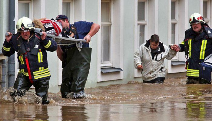 Наводнение что это такое причины виды фото  Наводнения которые гидрологи именуют как Особо опасные бывают раз в пятьдесят сто лет Выйдя из берегов воды реки полностью заполняют речные бассейны