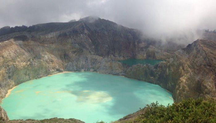Разноцветные озера вулкана Келимуту, Индонезия